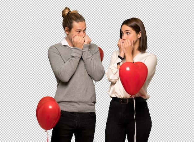 Paar am valentinstag ist ein bisschen nervös und angst, die hände in den mund zu setzen