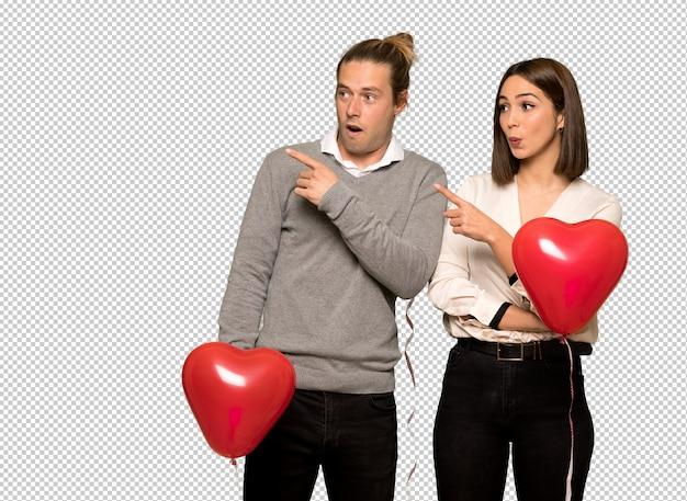 Paar am valentinstag überrascht und seite zeigen
