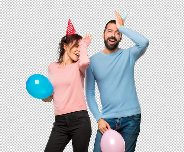 Paar mit ballons und geburtstagshüten hat gerade etwas realisiert und hat die lösung vor