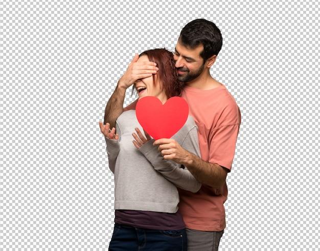 Paare am valentinstag, der ein herzsymbol hält