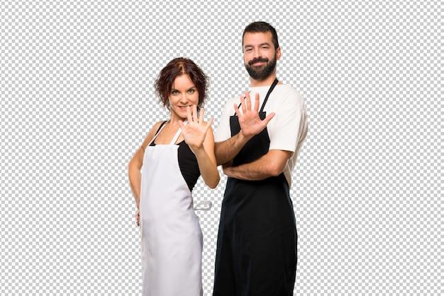 Paare der köche, die fünf mit den fingern zählen