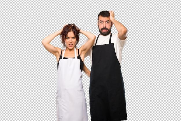 Paare der köche nehmen hände auf kopf, weil migräne hat