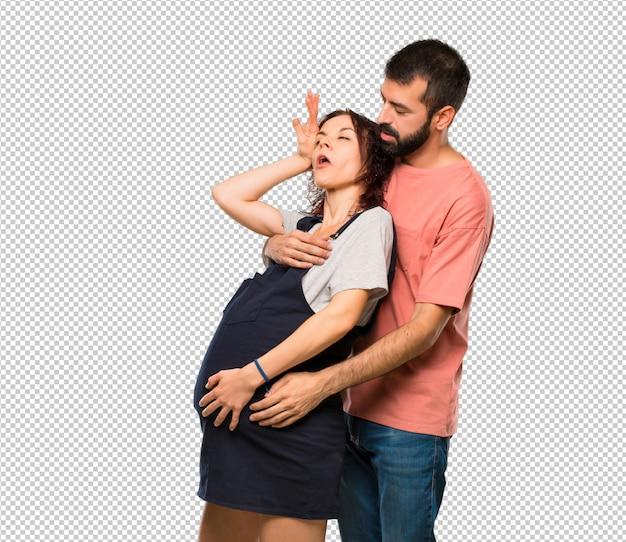 Paare mit der schwangeren frau, die von der geburt in ohnmacht fällt