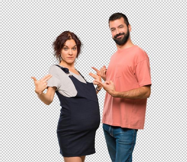 Paare mit der schwangeren frau stolz und selbstzufrieden in der liebe sich konzept