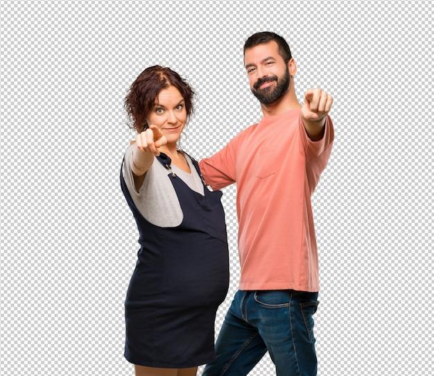 Paare mit schwangeren frauen zeigen finger auf sie mit einem überzeugten ausdruck