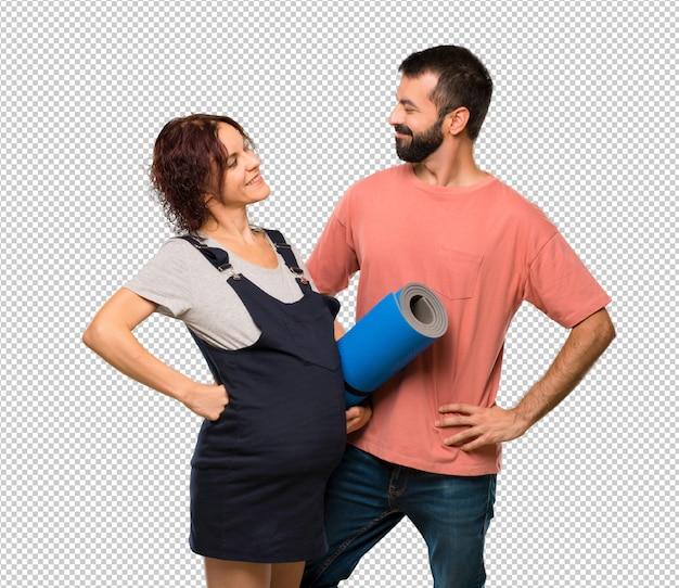 Paare mit schwangerer frau mit matte