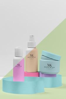 Packung mit kosmetischen hautpflegeprodukten