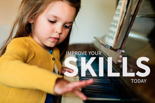 Pädagogisches banner-vorlage psd-mädchen, das einen klavierhintergrund spielt