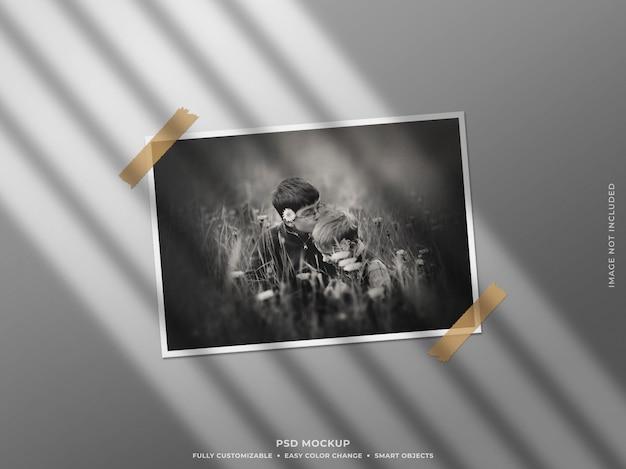 Papier-fotorahmen-modell mit schatten an der wand