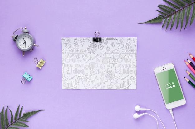 Papierblatt mit schreibtischwerkzeugen und -telefon