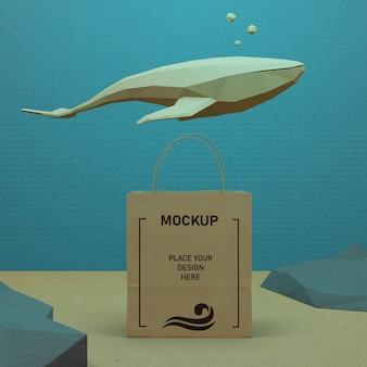 Papiertüte und meeresleben unter wasser mit modell