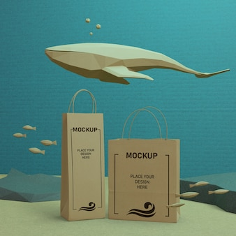 Papiertüten und meeresleben mit modellkonzept
