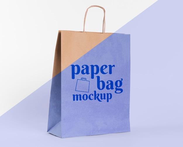 Papiertütenkonzept mit modell