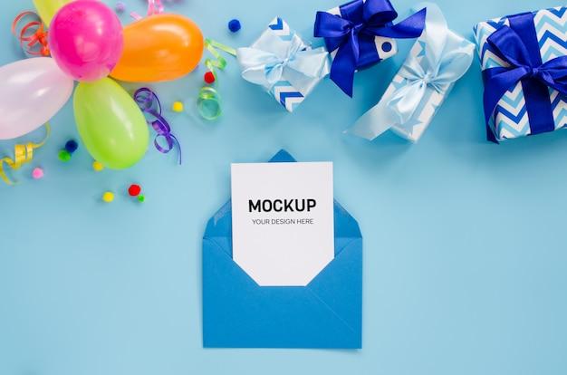 Party oder geburtstag blauer hintergrund. feiertagsmodell. grußkarte.