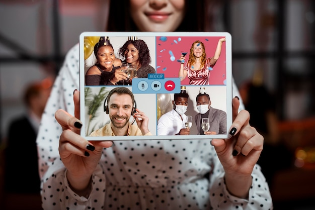 Party zu hause konzept mit tablet-modell