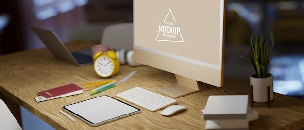 Pass-tablet-modell computer-modell auf holztisch dunkle büroeinrichtung im hintergrund