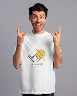 Person mit aufgeregtem ausdruck mit t-shirt-modell