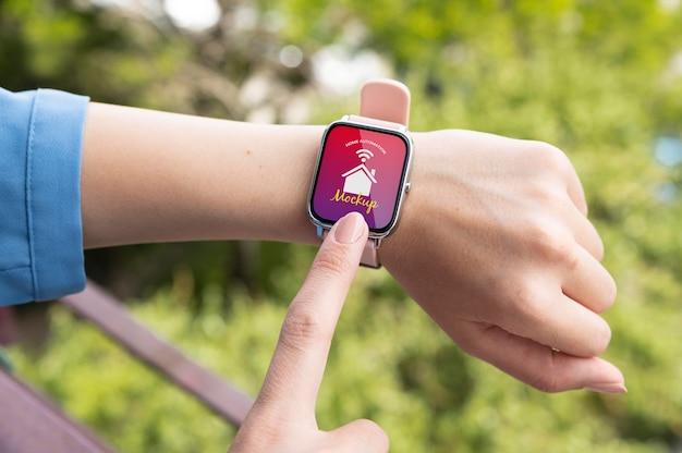 Person mit automatisierungs-app auf einer digitaluhr