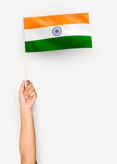 Person weht die flagge der republik indien