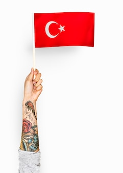 Person weht die flagge der republik türkei