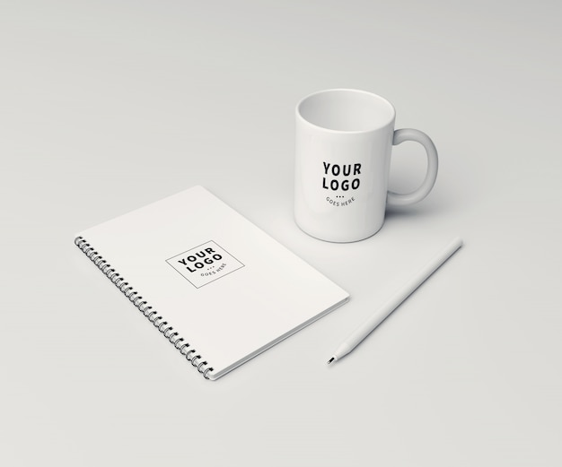 Perspektivische blocknotiz mit kaffeetassenmodell