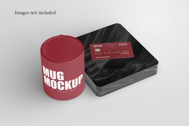 Perspektivische tasse und kreditkartenmodell