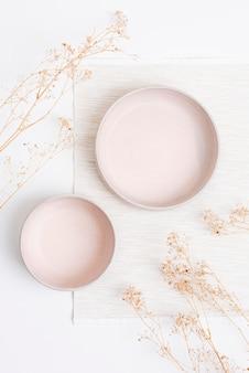 Pink plate psd mockup im flat lay style mit getrockneten blumen