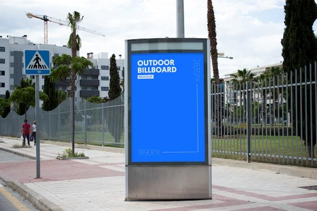 Plakat im freien neben dem park