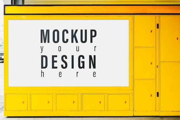 Plakatmodell für die werbung auf dem gelben schließfach.