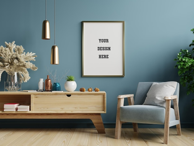 Plakatmodell mit vertikalem rahmen auf blauer wand im wohnzimmerinnenraum mit blauem samtsessel