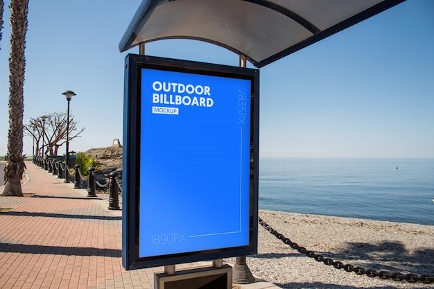 Plakatwand in der nähe des strandes