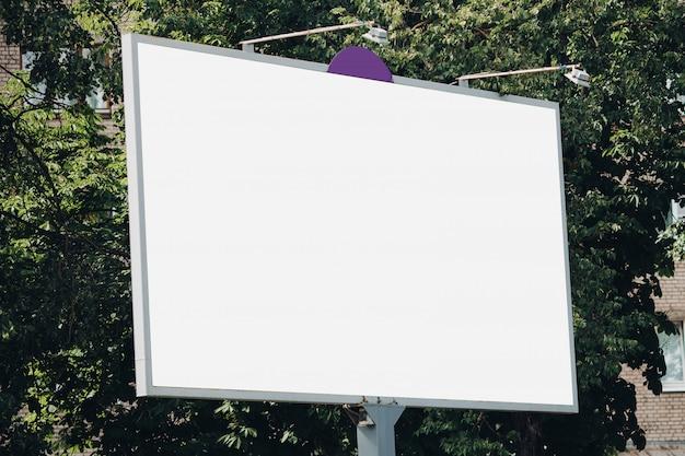 Plakatwand mit leerer oberfläche für werbung
