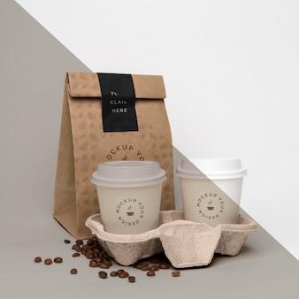 Plastikbecher mit kaffeebohnen