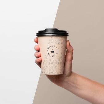 Plastikbecher mit kaffeemodell