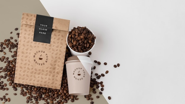 Plastikbecher und papiertüte für kaffee