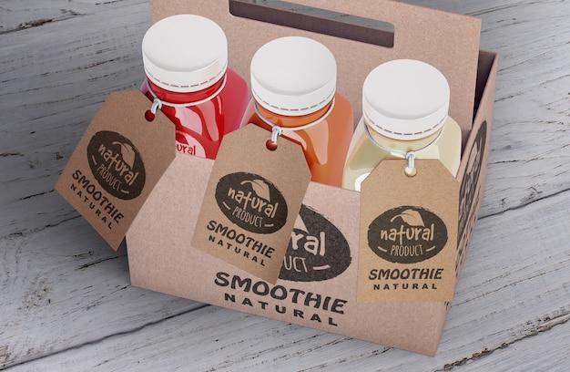 Plastikflaschen des organischen smoothie in der hohen ansicht und in den aufklebern der pappschachteln