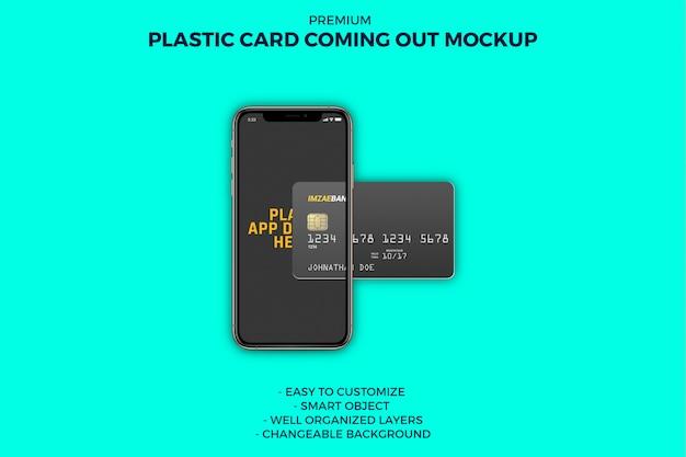 Plastikkarte, die vom smartphone-modell herauskommt