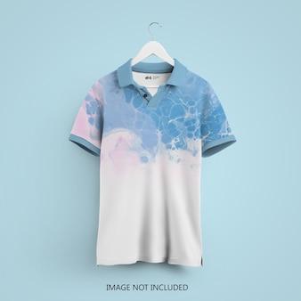 Polo t-shirt mockup auf einem kleiderbügel isoliert