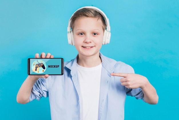 Porträt des jungen, der telefon mit modell hält