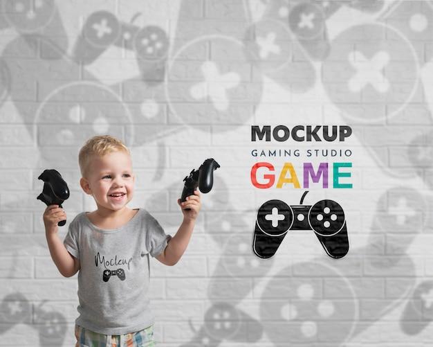 Porträt des jungen, der videospiele spielt