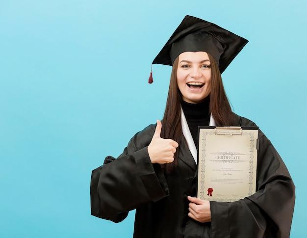Porträt des jungen studenten, der stolz auf abschluss ist