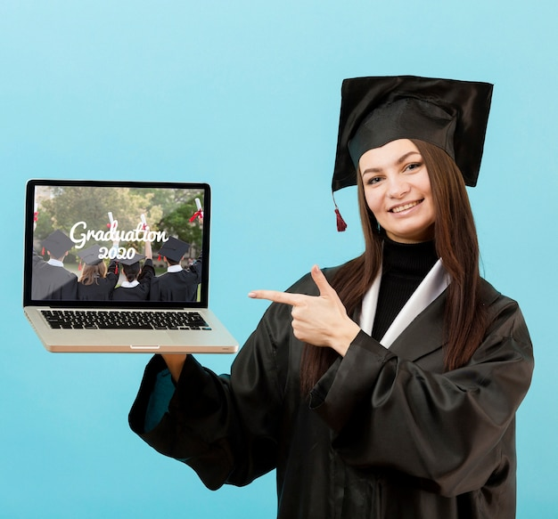 Porträt des studenten, der laptop hält