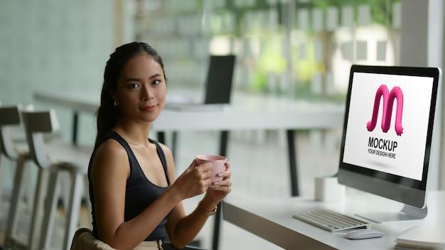Porträt des weiblichen modedesigners, der lächelt und in die kamera schaut