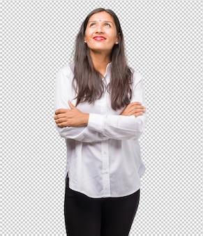 Porträt einer jungen indischen frau, die oben schaut