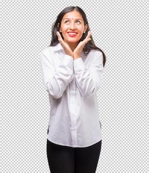 Porträt einer jungen indischen frau überrascht und entsetzt, schauend mit den breiten augen, aufgeregt durch ein angebot oder durch einen neuen job, gewinnkonzept