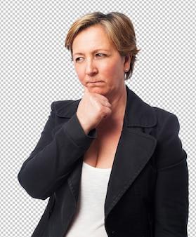 Porträt einer reifen geschäftsfrau, die an etwas denkt