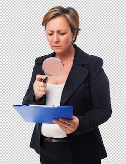 Porträt einer reifen geschäftsfrau, die einen vertrag schaut