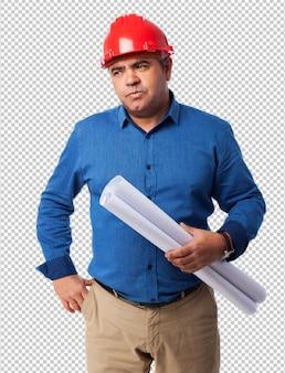 Porträt eines architekten, der an sein projekt denkt