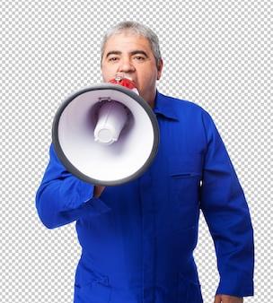 Porträt eines mechanikers, der mit einem megaphon schreit