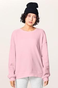 Pullover mockup psd mit mütze damen freizeitkleidung
